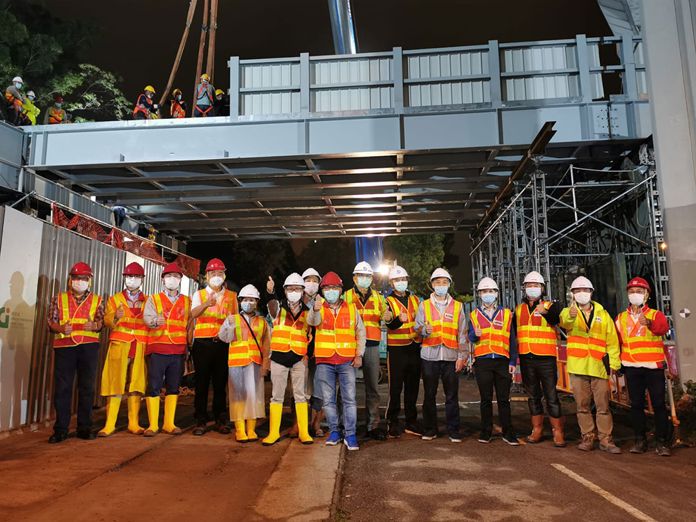 District Council Members visit the installation works of temporary vehicular bridge on 22 Apr 2020